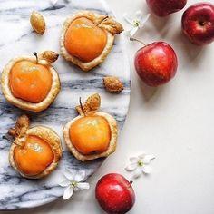 Как просто и красиво оформить выпечку с фруктами и ягодами 8 Winter Desserts, Christmas Desserts, Colorful Desserts, Small Desserts, Delicious Desserts, Dessert Recipes, Yummy Food, Fruit Combinations, My Coffee Shop