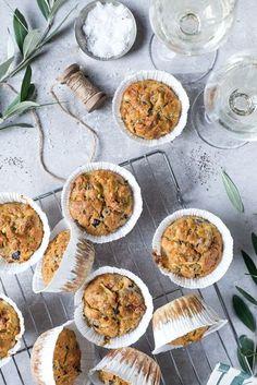 Herzhafte Muffins mit getrockneten Tomaten, Feta und Oliven.