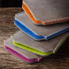 iPhone 7 6S Ledertasche aus Vintage-Leder in grau. Das Futter (Wollfilz) in den Farben mango, azur, lime oder berry mit der passenden Naht lasen es leuchten
