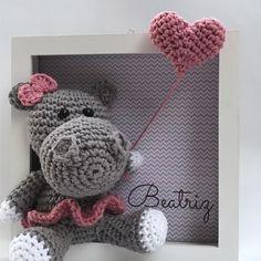 Quadrinho enfeite de porta de maternidade. Quadro em mdf pintado de branco. Tamanho: 17x17cm Nome do bebê, cores, temas, bichinhos e fundos, podem ser alterados. Fazemos personalizado de acordo com o enxoval ou tema desejado, basta enviar uma mensagem, que será um prazer atende-los! Crochet Wreath, Crochet Box, Cute Crochet, Crochet Yarn, Crochet Wall Art, Nursery Accessories, Knitted Dolls, Crochet Patterns Amigurumi, Crochet Animals