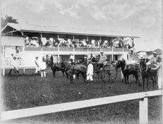 Paardenrennen te Medan. 1898. Indonesië; Nederlands-Indië, Sumatra Medan, Dutch East Indies, Old Pictures, Dolores Park, Culture, History, Concert, Travel, Antique Photos