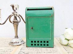 Retrouvez cet article dans ma boutique Etsy https://www.etsy.com/fr/listing/528339719/beautiful-green-shabby-frech-metal-mail