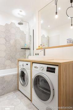 Deux machines à laver ont trouvé refuge sous le meuble vasque de la salle de bains