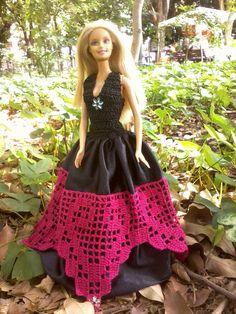 vestido azul,trabalado todo em croche e enfeitado com fita de setim.   vestido preto, com saia em tecido com trabalho feito em croche na co...