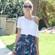 Croppeds mais soltinhos ficam lindos uando usados com saias longas também com o mesmo efeito, aqui e diferença de cores e o maxi floral da saia longa combinam super bem o clima do festival Coachella!!