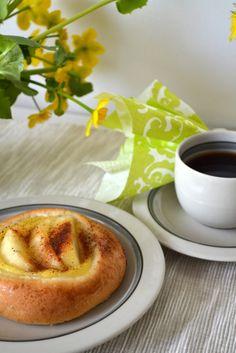 Omenapiirakka | Ossin Pulla Oy French Toast, Drink, Breakfast, Food, Morning Coffee, Beverage, Eten, Drinking, Drinks