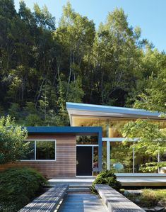 A new collection of home designs featuring 18 Spectacular Mid-Century Modern Exterior Designs That Will Bring You Back To The Enjoy! Modern Landscape Design, Modern Landscaping, Modern House Design, Mid Century Landscaping, Modern Houses, Modern Exterior, Exterior Design, Cabana, Mid Century Exterior