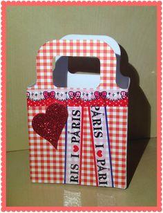 A Sizzix giftbag decorated with washi tape and a heart.  Borsettina portaregali in carta decorata con nastro e un cuore rosso a brillantini.