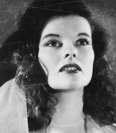 Katharine Hepburn, What a lovely photo of Kate. Hollywood Cinema, Vintage Hollywood, Hollywood Stars, Classic Hollywood, Vintage Vogue, Hollywood Divas, Hollywood Glamour, Vintage Ladies, Classic Actresses