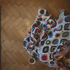 Człowiek myślał nad obramowaniem i co? I będą półsłupki ;) #szydełko #szydelkowanie #włóczka #recznarobota #recznierobione #niezchinzpasji #handmade #crochet #crocheting #hook #yarnporn #instacrochet  #instayarn #yarn #crochetblanket #crochetdecor  #coffeeporn #coffeetime #ilovecoffee by aidendecou