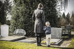 All children grieve, regardless of age and stage of development. Each stage provides a different understanding of death and loss, and grief can be experienced in a variety of ways. Death Of A Parent, Losing A Parent, Grief Counseling, California Wildfires, Losing A Loved One, Papa Francisco, Meaning Of Life, Mother And Child, Decir No