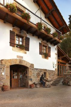 Caserio Urruska. Elizondo. Navarra Chalet Chic, Biarritz, Interesting Buildings, Basque Country, Pamplona, Spanish Colonial, Cabin Homes, Old Houses, My Dream Home