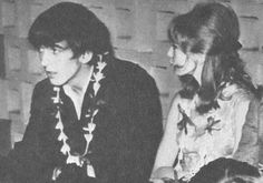 old-love-pattieboyd:  Arrivial en Tahiti  4 de mayo de 1964 - Primer plano de George y Pattie en el aeropuerto de Papeete, Tahití, donde ellos y los Lennon esperaron nerviosos durante más de una hora para que llegara su contacto.El canadiense Graham Rowe, de 27 años, escuchó la conmoción de un par de Beatles volando, pero recibió instrucciones de encontrarse con el Sr. y la Sra. Leslie, el Sr. Hargraves y la Srta. Bond, sin darse cuenta al principio que la fiesta de los Beatles era charter…