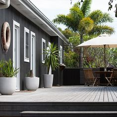 🌟Tante S!fr@ loves this📌🌟Atlantic Byron Bay, Diftwood Cottage, Australia Dark Grey Houses, Dark House, Black Exterior, Interior And Exterior, Wall Exterior, Bungalow, Deco Marine, Beach Shack, Exterior House Colors
