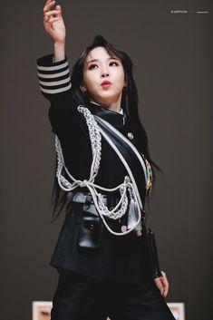 "𝑯𝑨𝑷𝑷𝑰𝑵𝑬𝑺𝑺✨ on Twitter: ""200216 로운홀 팬싸인   ʟɪɢʜᴛ ᴜᴘ   #문별 #마마무  #MAMAMOO #MOONBYUL… "" Mamamoo Moonbyul, Blue Art, Korean Celebrities, Blue Moon, Korean Girl Groups, Kpop Girls, Cool Girl, Rapper, Actors"
