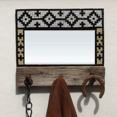 espejo y perchero guarda pampa con mosaico veneciano                                                                                                                                                      Más Mosaic Crafts, Mosaic Art, Mosaic Glass, Stained Glass, Mosaic Furniture, Window Art, Home Signs, Hanger, Projects To Try