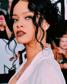 I'm mad at her but I love her  #Rihanna #ANTi