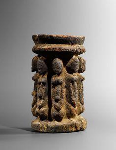 Autel rituel montrant les huit nommos primordiaux, Protodogon - Tellem, Mali. Bois. H. : 24 cm © Galerie Renaud Vanuxem, photo : Hughes Dubois