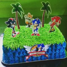 Focus more on the detail of the cake. Blue piping around either a sheet or round cake, piped grass and paper or plastic Sonic figurines. Sonic Birthday Cake, Sonic Birthday Parties, Sonic Party, Twin Birthday, Bolo Sonic, Sonic Cake, Sonic The Hedgehog Cake, Hedgehog Birthday, Sony