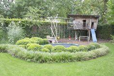 Leeftuin met een trampoline omringd door struiken Living garden with a trampoline surrounded by bush Backyard Pool Landscaping, Backyard Playground, Backyard For Kids, Garden Trampoline, Trampoline Ideas, Back Gardens, Outdoor Gardens, Trampolines, Family Garden