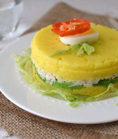 De la gastronomía peruana, preparamos esta fresca y colorida causa limeña de pollo, muy fácil de preparar.