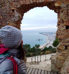Hay ventanas que tienen vistas privilegiadas, como ésta del castillo de Sant Joan de #Blanes. Aquí comienza la #CostaBrava y estoy haciendo un pequeño recorrido por ella. ¿Conoces alguna parte de la Costa Brava?   ____________  #cataluña #catalunya #catalonia #descobreixcatalunya #gerona #girona #costa #castillo #castle #viewfromthetop #mochila #backpack #mochilera #backpacker #outdoors #spain #cyltb #bcntb #iamtb #travelblogger #travel