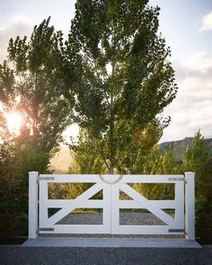 Gate and gravel road to rural house by Christian Anderson Architects. Farm Gate, Farm Fence, Fence Gate, Farm Entrance, Driveway Entrance, Garden Entrance, Front Gates, Entrance Gates, Front Fence
