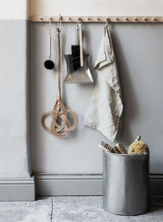 Flur It is not only practical, but also really decorative: the good old hook or Wardrobe rail. Decoration Hall, Wardrobe Rail, Old Chairs, Cafe Chairs, High Chairs, Dining Chairs, Long Hallway, Wooden Pegs, Slow Living