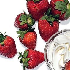 Top 28 best healthy snacks from Women's Health magazine. I like this one: 1 c Strawberries and 3 Tbsp Cool Whip Free for a totally guiltless dessert, dish up a bowl of this sweet, fiber-rich combo Good Healthy Snacks, Healthy Habits, Healthy Choices, Healthy Eating, Healthy Recipes, Snacks Recipes, Healthiest Snacks, Snacks List, 100 Calories