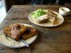 料理もルヴァンの世界観が見えるもの。人気は「カンパーニュのフレンチトースト」。 【画像奥は「小松菜と人参のゴマみそサンド」(スープ付き)】