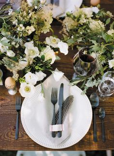feather place setting | Ali Harper #wedding