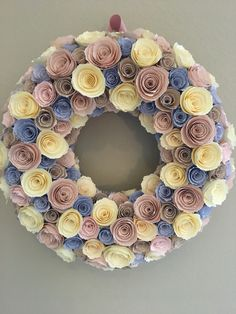 Paper Flower Wreaths, Flower Crafts, Fabric Flowers, Paper Flowers, Floral Wreath, Mother's Day Projects, Diy Craft Projects, Diy And Crafts, Wreath Crafts