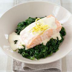 Snabbt och lätt lagar du den här laxrätten i ugnen, som serveras med väldigt god och enkel citronsås och spenat!