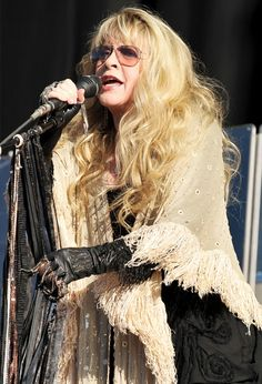 Stevie Nicks' Style Is Bohemian Cool At Its Finest (PHOTOS) Dig it all but the gloves, they should be black lace. Stevie Nicks Costume, Blond, Buckingham Nicks, Lindsey Buckingham, Stephanie Lynn, Stevie Nicks Fleetwood Mac, Her Music, Who What Wear, Fashion Photo