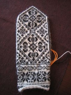 Replica of antique mittens from Oppland, Norway (by yarn jungle) Knit Mittens, Knitted Gloves, Knitting Socks, Knitting Charts, Knitting Patterns, Crochet Patterns, Wrist Warmers, Hand Warmers, Norwegian Knitting