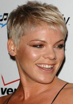 Exemple coupe courte femme 50 ans cheveux gris coiffures pinterest cheveux courts - Blond platine gris ...