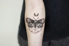 Motte Tattoo – meaning of the motive and some of the most beautiful moth species - diy tattoo project Trendy Tattoos, New Tattoos, Hand Tattoos, Tattoos For Women, Diy Tattoo, Tattoo Fonts, Tattoo Ideas, Tattoo Moon, Wrist Tattoo