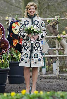 Zur Eröffnung einer Blumenshow im niederländischen Lisse hält sich Prinzessin Máxima mit ihrem aufwendig bestickten Blumen-Mantel ganz an das Thema des Tages.