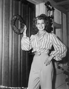 Rita Hayworth at home on Christmas Eve, 1942 - Vintage Hollywood Christmas Old Hollywood Glamour, Golden Age Of Hollywood, Vintage Hollywood, Hollywood Stars, Classic Hollywood, Rita Hayworth, Margarita, Provocateur, Actrices Hollywood
