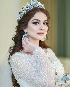 Wedding Hairstyles With Crown, Unique Hairstyles, Bride Hairstyles, Crown Hairstyles, Pakistani Bridal Makeup, Wedding Hair And Makeup, Hair Makeup, Elegant Wedding Hair, Dream Wedding Dresses