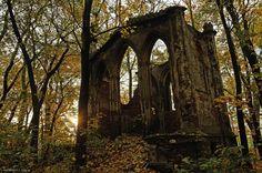Sławików.Ruiny mauzoleum w parku zamkowym.