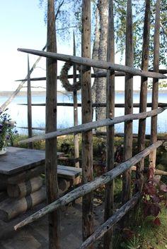 Bilderesultat for heinäseipäät sisustus Outdoor Plants, Outdoor Spaces, Outdoor Gardens, Outdoor Living, Lake Cottage, Garden Cottage, Wire And Wood Fence, Diy Arbour, Forest Decor