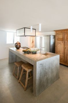 a simple concrete kitchen island with a breakfast space is also an industrial id… - Kitchen - Best Kitchen Decor! Outdoor Kitchen Countertops, Concrete Countertops, Kitchen Flooring, Concrete Floors, Concrete Kitchen Floor, Concrete Bench, Poured Concrete, Kitchen Interior, New Kitchen