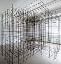 In deze constructie lopen verschillende lijnen door elkaar.. er zijn een paar kubussen te onderscheiden maar die overlappen, net als gevolgen van verschillende keuzes kunnen overlappen. zo wordt het moeilijker om onderscheid te maken en ontstaat er een chaos   MEET