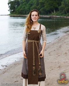 Viking women led a life that women of their time in other regions might envy. The stories of the Viking women's life was full of inspiration of empowering the women. Check it out now the Viking Women life on this writing. Norse Clothing, Medieval Clothing, Historical Clothing, Medieval Fashion, Vestidos Viking, Vikings Art, Mode Alternative, Viking Dress, Short Beach Dresses