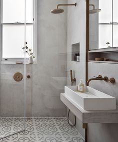 Take a look around an Edwardian flat. Interior designer Katie McCrum reworked the layer of this once-stuffy apartment and gave it a chic new look. Parisian Bathroom, Parisian Apartment, London Apartment, Apartments In London, Parisian Decor, Bathroom Grey, Family Bathroom, Edwardian Bathroom, Edwardian House