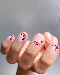 @thehangedit turned her nails into a delicate flower lewk and we're obsessed! Def trying this at home using a thin detail brush and @essie…