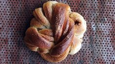 Hver dag i sommermånedene selger Bakeriet i Lom over 3000 håndlagde boller, og over tusen av disse er deres kjente kanelsnurrer. - Disse er kjempegode og særlig kombinasjonen mellom det sprø og det saftige er helt fantastisk, sier mannen bak både bakeriet og kanelbollene, nemlig baker og kokebokforfatter Morten Schakenda. Schakenda sier hemmeligheten bak god søt gjærbakst er å bruke meierismør, helmelk og ferske egg. I tillegg er det viktig å tilsette det kalde smøret i deigen helt på ...