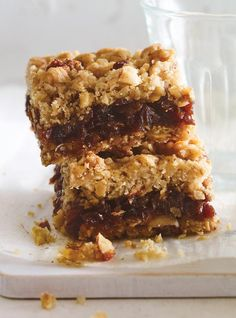 Our recipe for classic date squares is super easy and the best. Ricardo's Best Date Squares (The Best) The Oatmeal, Great Desserts, Vegan Desserts, Dessert Recipes, Bar Recipes, Dessert Bars, Baking Recipes, Sweet Recipes, Recipies