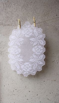 oval+white+filet+doily+with+floral+pattern+by+GomitoloEUncinetto,+€45.00